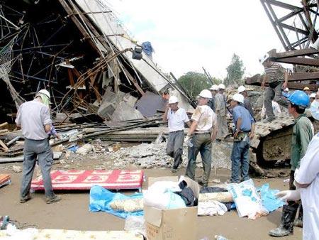 救援人员在大桥坍塌现场搜寻遇难者