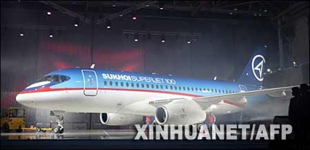 俄苏霍伊-100超级喷气式新型客机亮相(图)