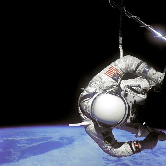 图文:美国宇航员奥尔德林在机舱外执行任务