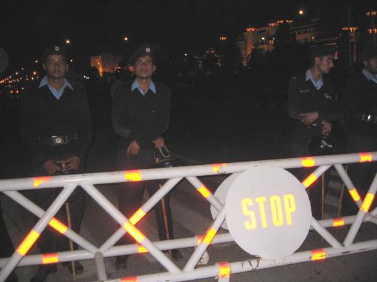 图文:几名巴基斯坦警察在路障前执勤