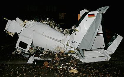 德国小型飞机在运输途中坠毁(组图)