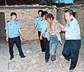 警察解救工人