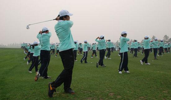 国际学校学生高尔夫课