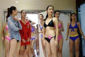 高三艺考女生穿泳装向陌生人展示练胆(图)