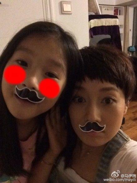 马伊�P与女儿合影