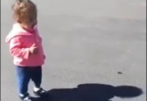 爆笑视频:一个被自己的影子吓哭了的小女孩