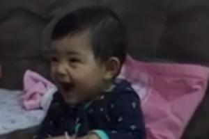 爆笑视频:剪指甲时小女儿假哭手指疼