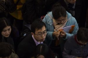 外媒称中国大学生求职:不靠能力靠关系