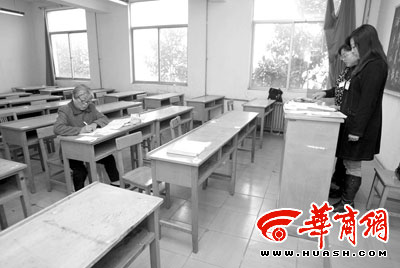 陕西60岁大娘为实现夙愿坚持12年参加自考(图)