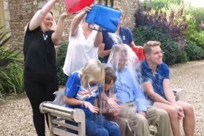 72岁霍金接受冰桶挑战 3名子女代父挨水浇