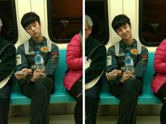 地铁萌笑男生爆红