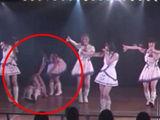 AKB48女偶像舞台惨摔