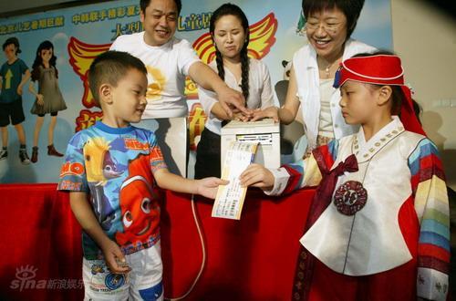 资料图片:《超级宝宝》新闻发布会-开票仪式