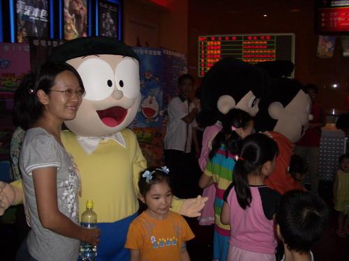 资料图片:哆啦A梦2007主题乐园-游人开心玩耍