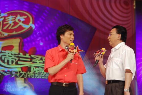 图文:四进三决赛出现戏剧化-主持人李彬侯耀华