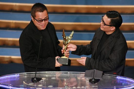 图文:金紫荆颁奖--杜汶泽为彭浩翔颁奖