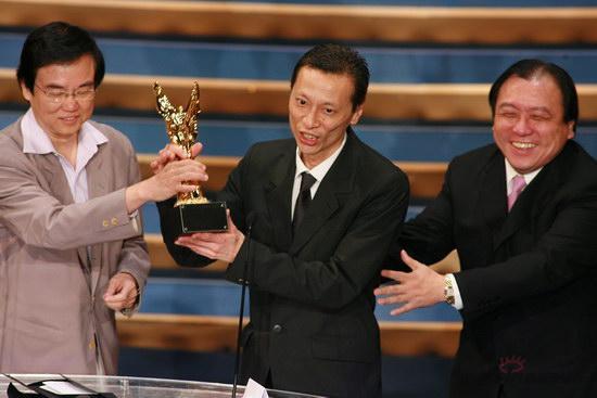图文:金紫荆颁奖--工作人员替杜琪峰领最佳导演