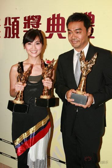 图文:金紫荆颁奖后台--刘青云蔡卓妍展示奖杯