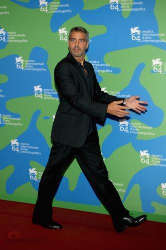 图文:《英雄莫问出处》发布会--克鲁尼摆pose