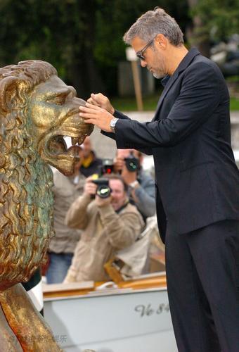 图文:《英雄莫问出处》发布会--克鲁尼摸金狮鼻
