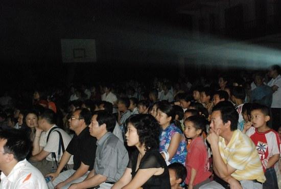 《我的教师生涯》重返拍摄地千人争看梁家辉