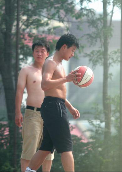 佟大为《赤壁》间隙裸身打球露其发达肌肉(图)