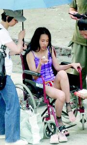 《少年》重庆开拍莫文蔚穿热裤拍戏险走光(图)