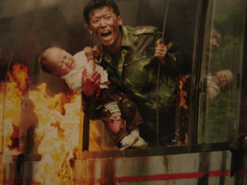 《我的左手》热映郭昊伦片中火场救婴(附图)