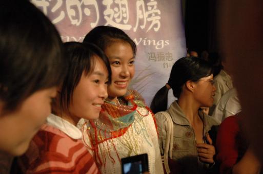 折翼天使继续高飞《隐形的翅膀》走进北京大学