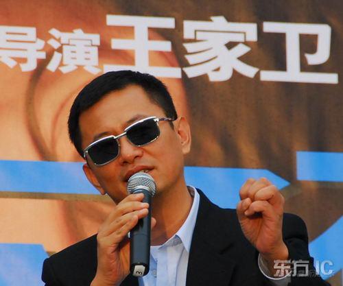 《蓝莓之夜》苏州发布会刘嘉玲遭王家卫熊抱