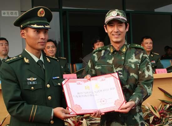 华影公司向武警某部赠送《我的左手》拷贝(图)
