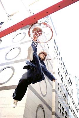 组图:周杰伦上海街头凌空入樽倒吊5个钟头