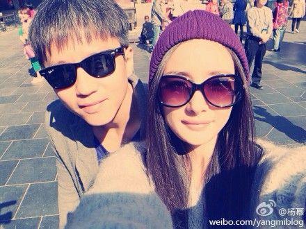 女主角杨幂在新浪微博上晒出在私人座驾上的戴墨镜个人靓照,还有和