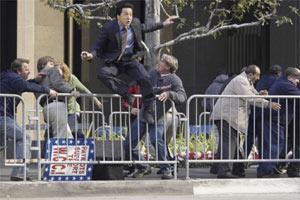 《尖峰时刻3》美国举行记者会成龙跳上椅(图)