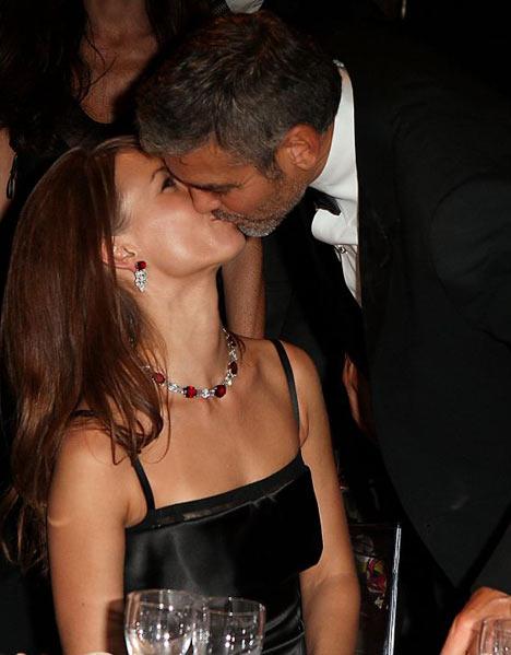 忙里偷闲约会吻美女图