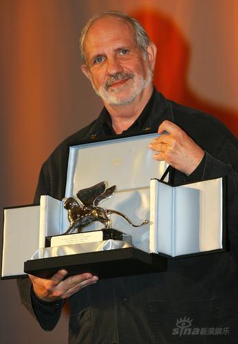 图文:布莱恩-德-帕尔玛展示最佳导演银狮奖杯