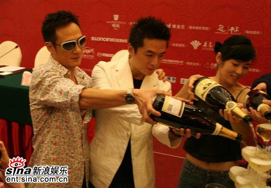 图文:《双食记》重庆开机--香槟庆祝
