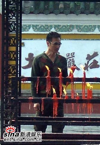 图文:《双食记》重庆探班--吴镇宇把玩手中蜡烛