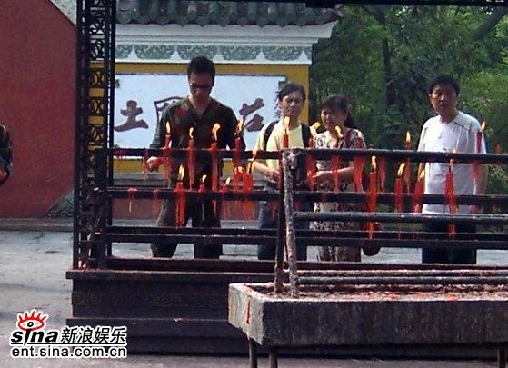 图文:《双食记》重庆探班--吴镇宇童心大起