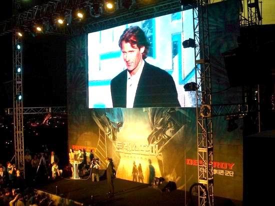 图文:《变形金刚》首映--屏幕上的导演特写