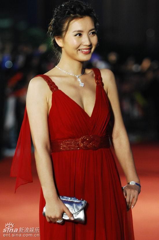 图文:上海电影节开幕--陈好耸肩表情可爱