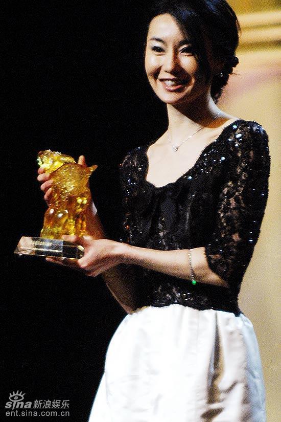 图文:上海电影节开幕仪式--张曼玉得奖很开心