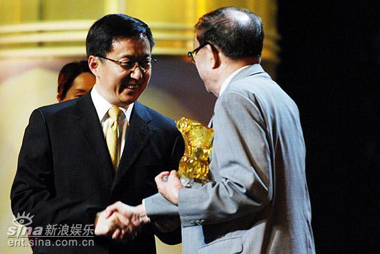 图文:上海电影节开幕仪式--为谢晋颁奖