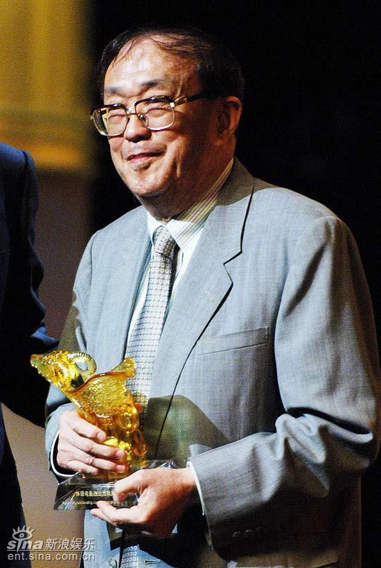 图文:上海电影节开幕仪式--谢晋拿起奖杯