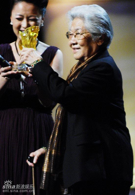 图文:上海电影节开幕仪式--张瑞芳拿起奖杯