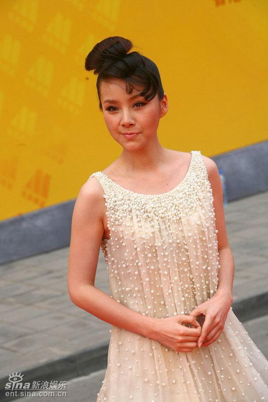 图文:庆香港回归晚会红毯--何琳发型复古别致