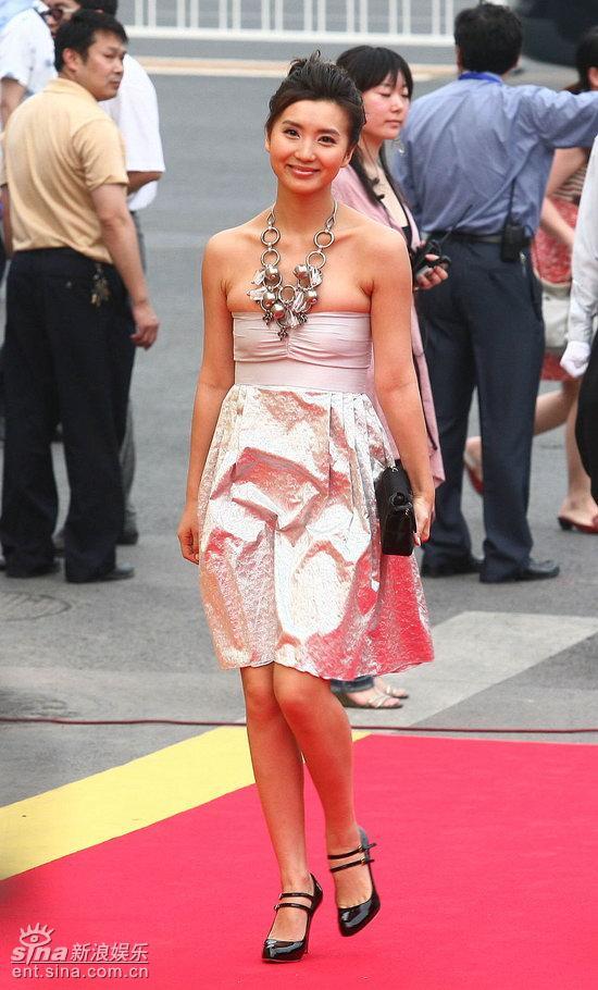 图文:庆香港回归晚会红毯--陈好项链风格粗犷