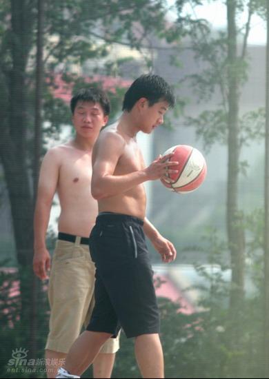 图文:佟大为《赤壁》间隙裸身打篮球--运球