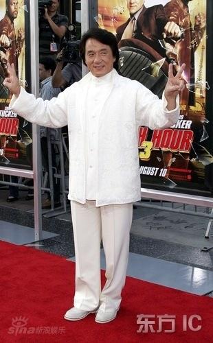 图文:《尖峰时刻3》好莱坞首映--成龙胜利手势