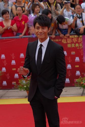 图文:第12届华表奖红毯--陈坤着正装帅气潇洒